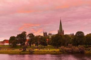 kathedraal in Trondheim, Noorwegen bij zonsondergang foto