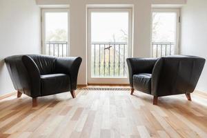 lederen zwarte fauteuils in een kamer foto
