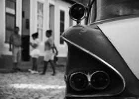 achterkant van Cubaanse auto in zwart-wit foto