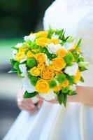 bruid houdt een bruiloft boeket foto