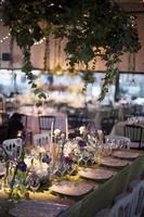 elegante tafelsetting tijdens een huwelijksreceptie foto