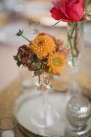 bruiloft receptie tafels met florale centerpieces foto