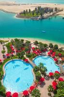 tropisch zwembad en strand aan perian golf foto