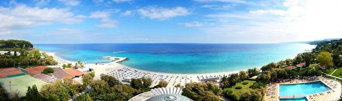 panoramisch uitzicht op het strand van een modern luxehotel foto