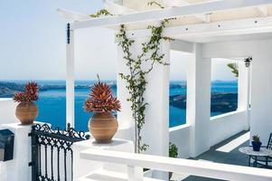 grieks huis met terras en uitzicht op zee foto