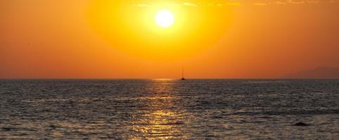 verbazingwekkende dageraadachtergrond met schip en zeemeeuwen
