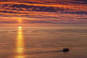 schip of boot zeilen op zee