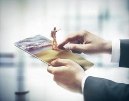 vinger aanraken van digitale tablet, concept vakantie
