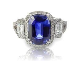 blauwe tanzaniet of saffier kostbare edelsteen en diamanten ring foto