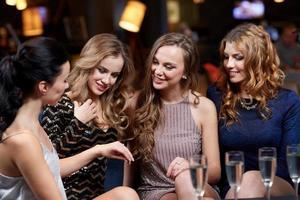 vrouw verlovingsring tonen aan haar vrienden foto