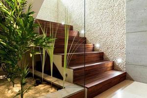 verlichte houten trap foto