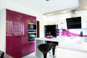 moderne keuken met paarse elementen foto