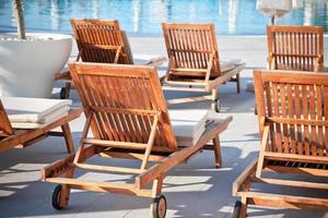 stoelen bij het zwembad van het hotel foto