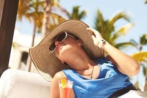gelukkige brunette vrouw op vakantie foto