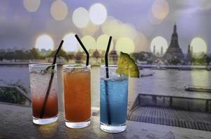 cocktail met bokeh achtergrond foto