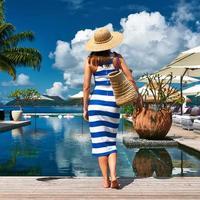 vrouw matroos gestreept in jurk bij zwembad foto