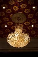 kristallen kroonluchter in een kamer foto