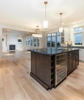 moderne keuken met groot eiland foto