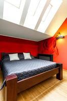 tweepersoonsbed in moderne slaapkamer foto