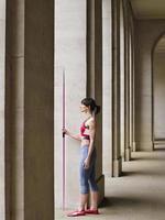 vrouwelijke atleet met speer in portiek foto