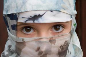 jong meisje met een sluier foto