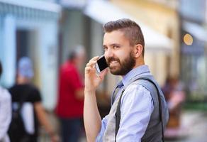 hipster zakenman met mobiel foto