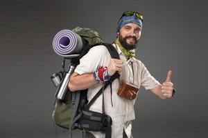 portret van een glimlachende mannelijke volledig uitgeruste toerist foto