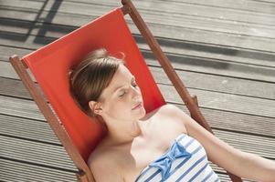 hamburg, duitsland, vrouw rustend op ligstoel foto