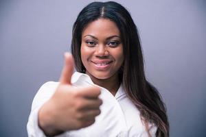 Afrikaanse zakenvrouw duim opdagen foto