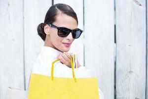 mooie brunette boodschappentassen te houden foto