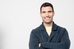 zelfverzekerde glimlachende casual man foto