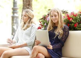 jonge vrouwelijke student met behulp van digitale tablet in het park foto