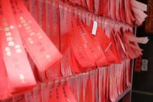 rode papieren stroken die aan de muur hangen foto