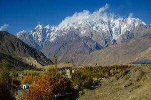 met sneeuw bedekte karakoram-bergketen in pakistan