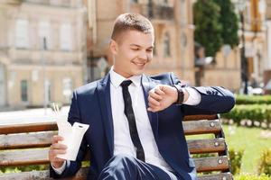 jonge man tijd in park controleren