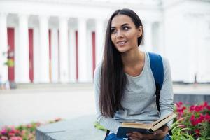 portret van een glimlachende vrouwelijke student foto