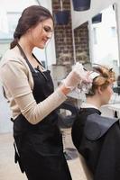 klant krijgt haar haar gekleurd foto