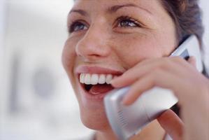 close-up van vrouw praten over mobiele telefoon foto