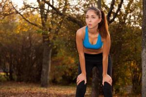 jonge vrouw rusten na het joggen foto
