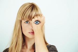 vrouw starend met geschilderd oog