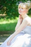 mooie bruid buitenshuis foto