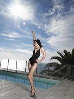 vrouw in zwembroek bij zwembad foto