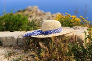 hoed op in schilderachtige bergen, zomervakantie foto