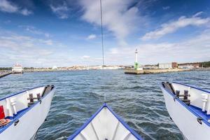 de geweldige cruise. het bereiken van een haven. foto