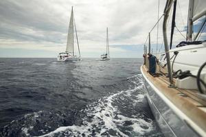 zeilschip jachten in de zee bij bewolkt weer.