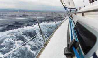zeilschip jachten in zee bij stormachtig weer.