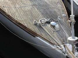 boeg van zeilboot afgemeerd in de haven