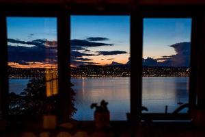 prachtig uitzicht op de zonsondergang vastgelegd door het raam foto