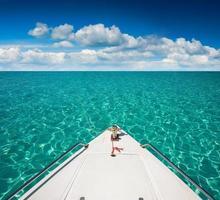 jachtboten die in de zee lopen. reizend foto