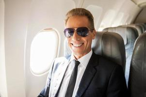 zakenman in vliegtuig. foto